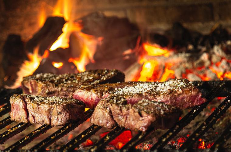 Cómo salar bien los filetes de carne y entrecot de ternera asados o a la  plancha - SALIMAR